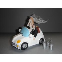 Mariés en décapotable pour pièce montée